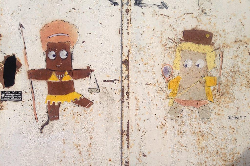 Zwei kleine gesprühte Figuren auf einer rostigen Tür in Florentin, Tel Aviv