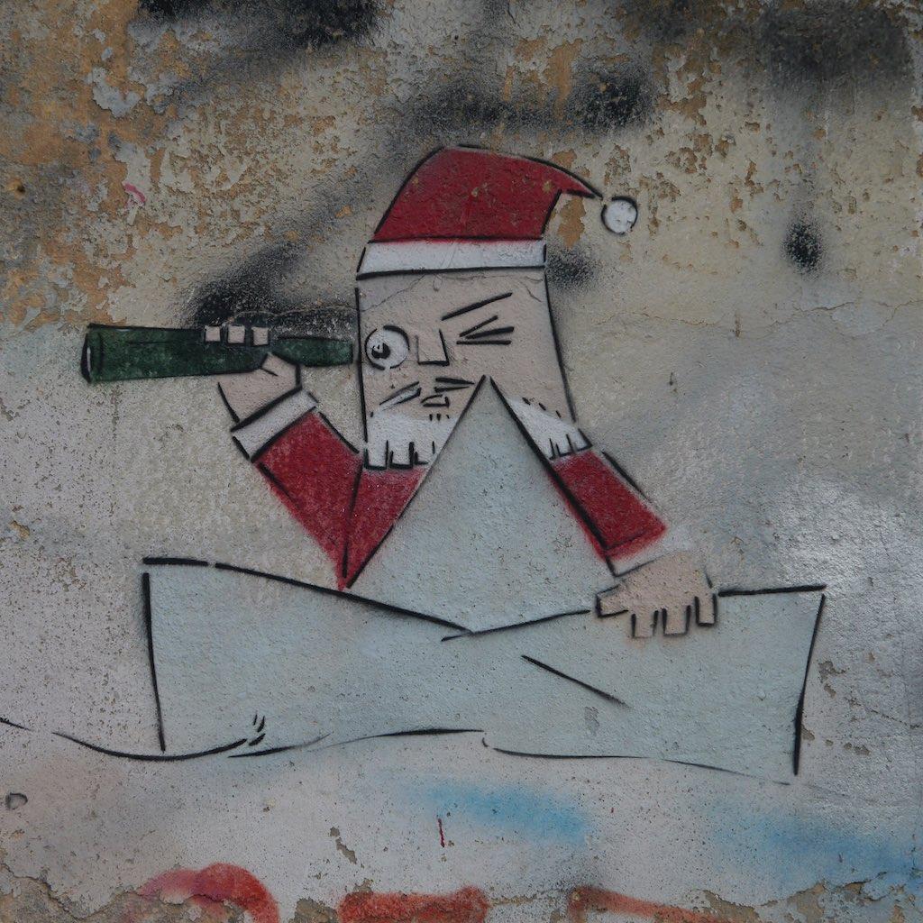 Graffiti von Adi Sened in Tel Aviv Florentin, ein Weihnachtsmann als Seemann.