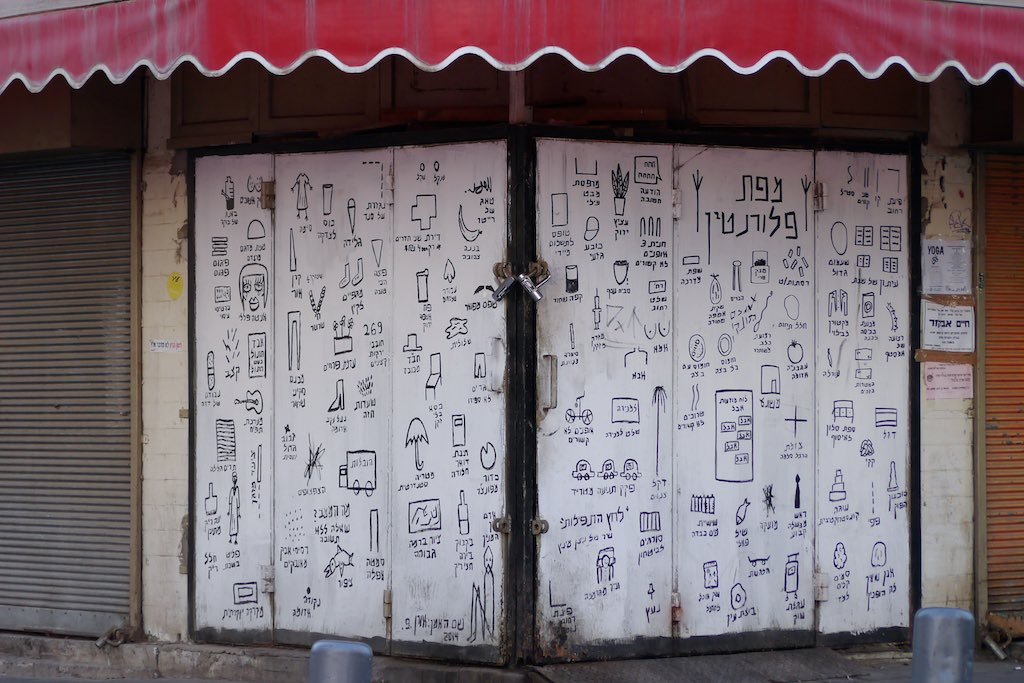 Piktogramme gemalt an einer Hausecke in Florentin.