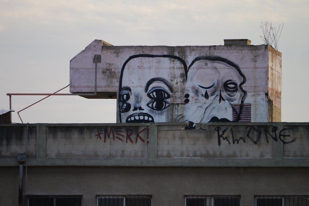 Auf dem Schacht eines Treppenhauses hat der Streetart-Künstler Klone zwei traurige Köpfe gemalt.