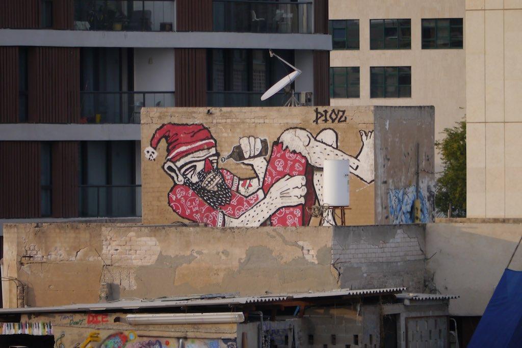 Streetart in Florentin, ein betrunkener Nikolaus gemalt von Dioaz.