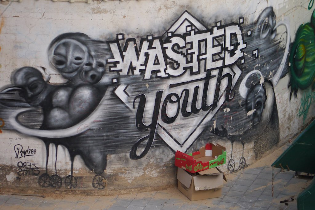 Der Streetart-Künstler Zero Cents malt in Schwarz / Weiß. Er kombiniert Schrift mit verwaschenen Geistern.