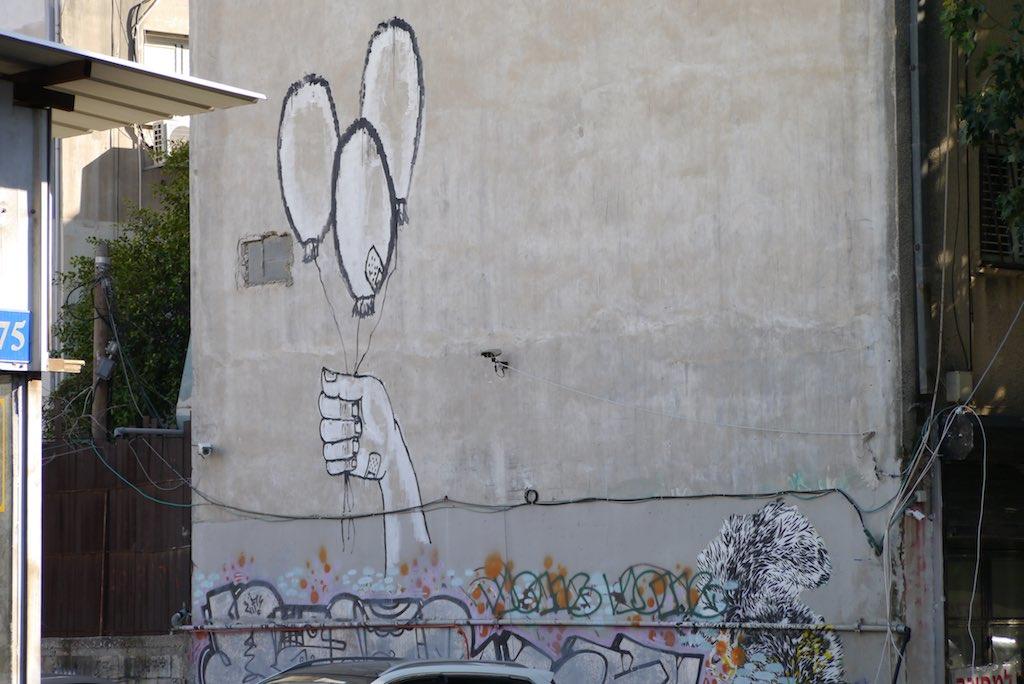 Hauswand in Florentin vom Streetart-Künstler Dede mit großen Luftballons bemalt.