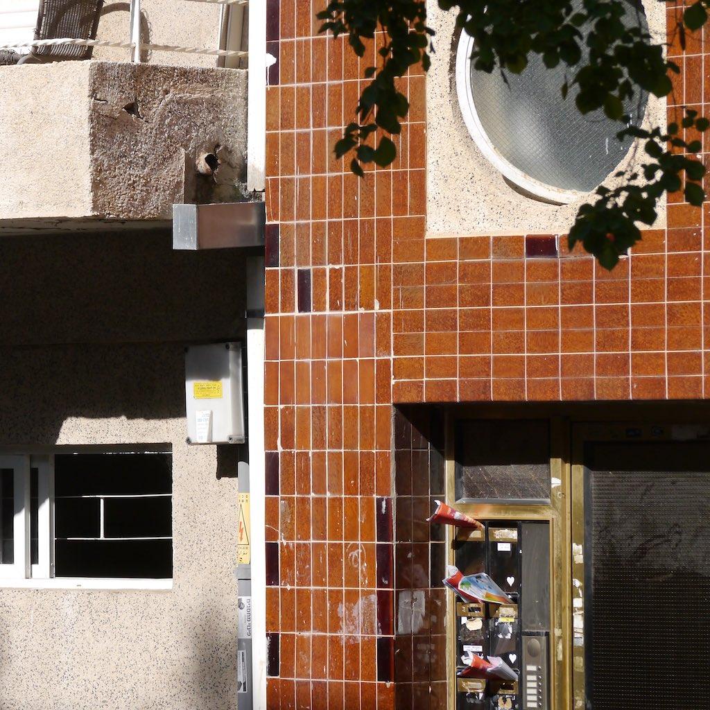 Detail eines Bauhaus-Gebäudes in der weißen Stadt in Tel Aviv.