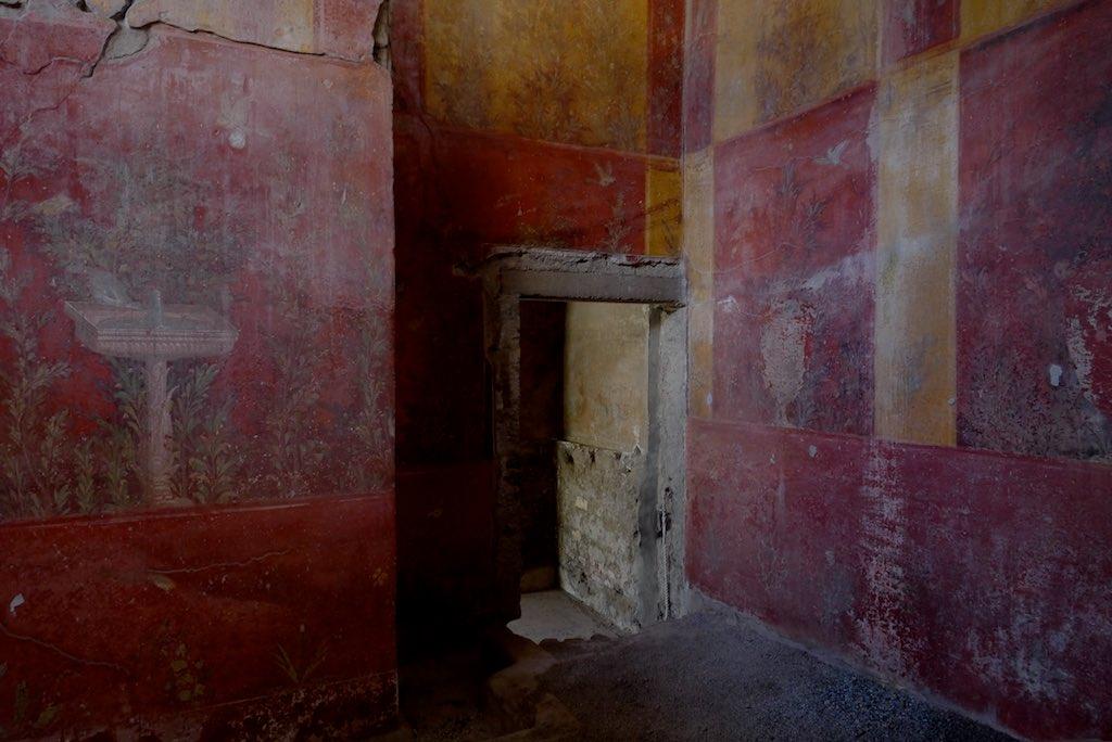Römische Wandmalereien mit Brunnen und Tieren auf rotem Grund aus der Villa Oplontis