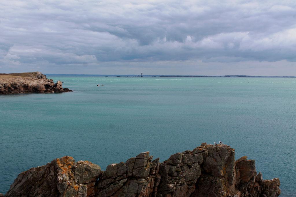 Ouessants Küste unter einem gewaltigen Himmel