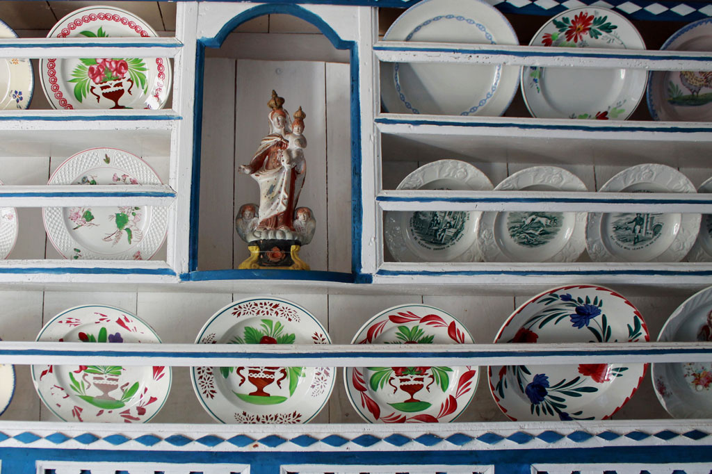 Inbegriff des Luxus: Zierteller in der Guten Stube eines Bauernhauses. Ecomusée Ouessant