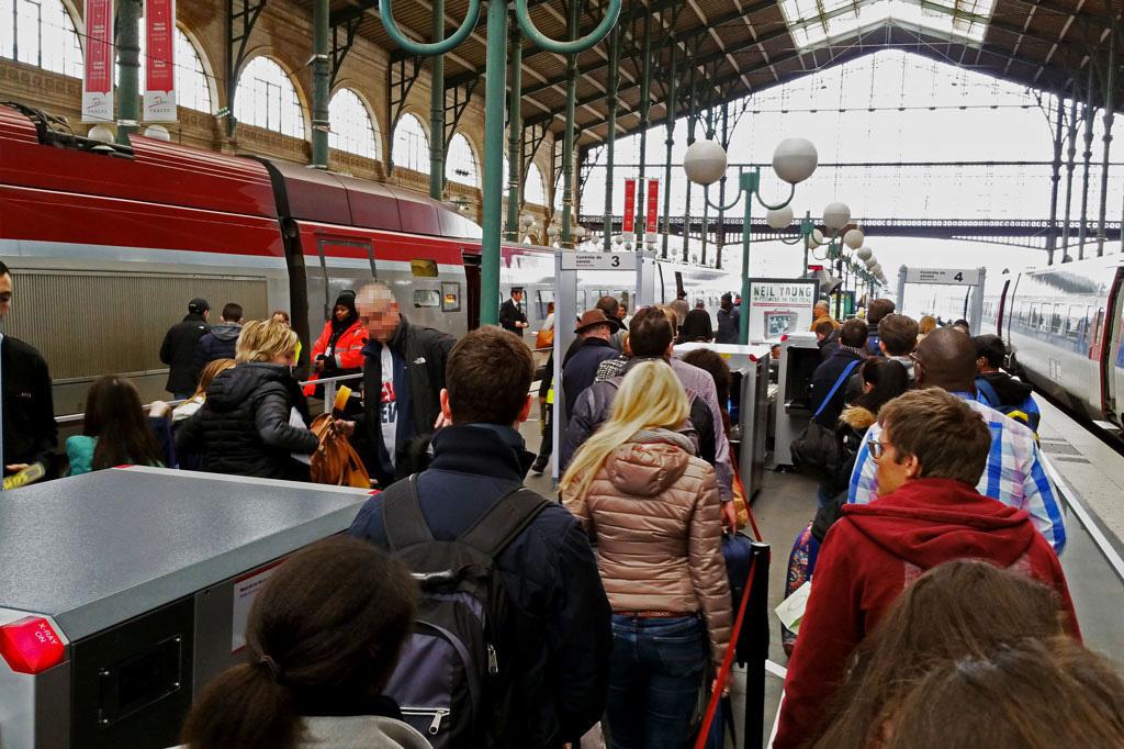 Polizeikontrollen beschränken die Reisefreiheit am Bahnhof.