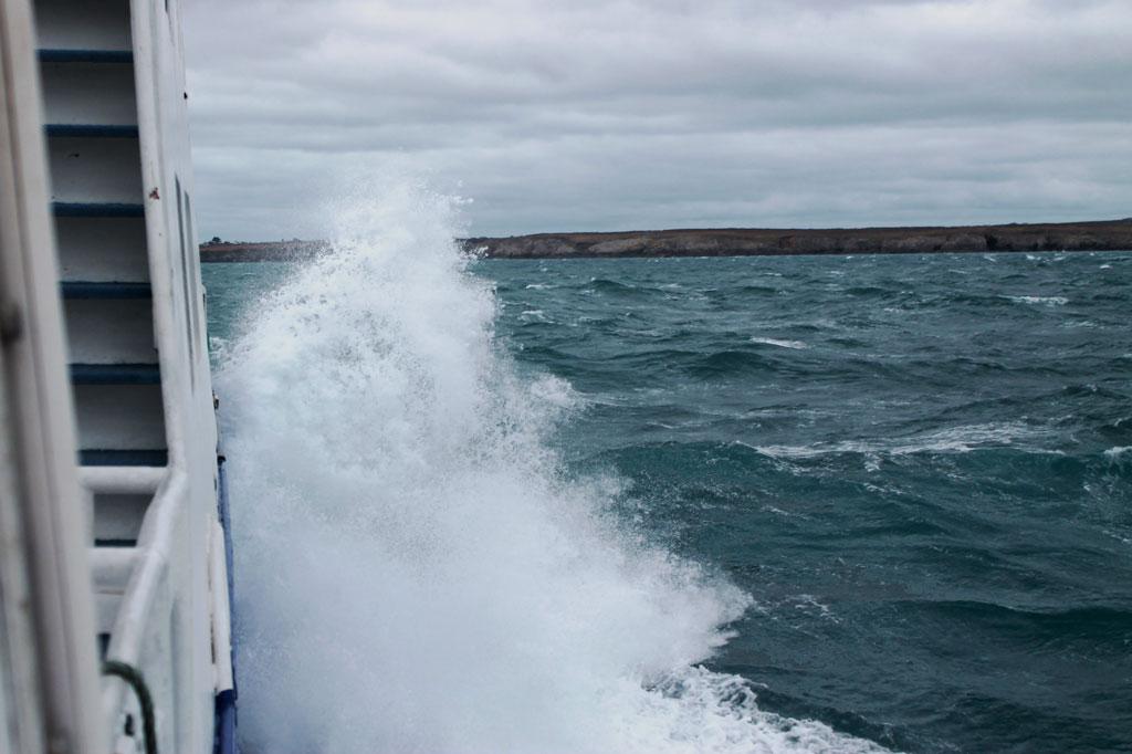 Der Wind frischt auf: Raue See vor Ouessant
