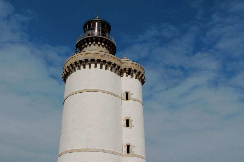 Mehr als 300 Jahre alt, bis heute in Betrieb und auch von unten eine Pracht: der Phare du Stiff. Hier gleicht kein Leuchtturm dem anderen.
