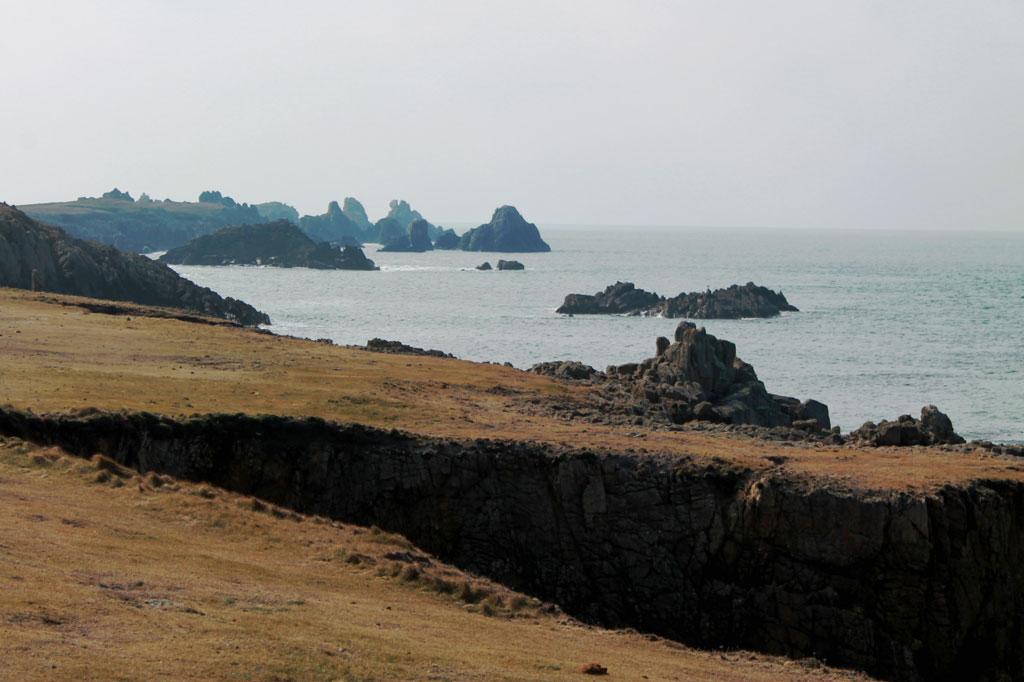 Felsen und Klippen verlieren sich im Dunst, Bäume gibt es so gut wie keine: die einsame Nordküste von Ouessant