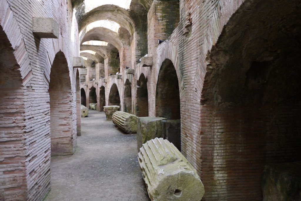 Die Kerker des Amphitheaters von Pozzuoli. Links und rechts saßen die wilden Tiere. Durch die Öffnungen in der Decke wurden sie in die Arena geschickt