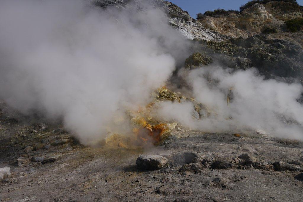 Wasserdampf steigt im Solftara Vulkan auf.