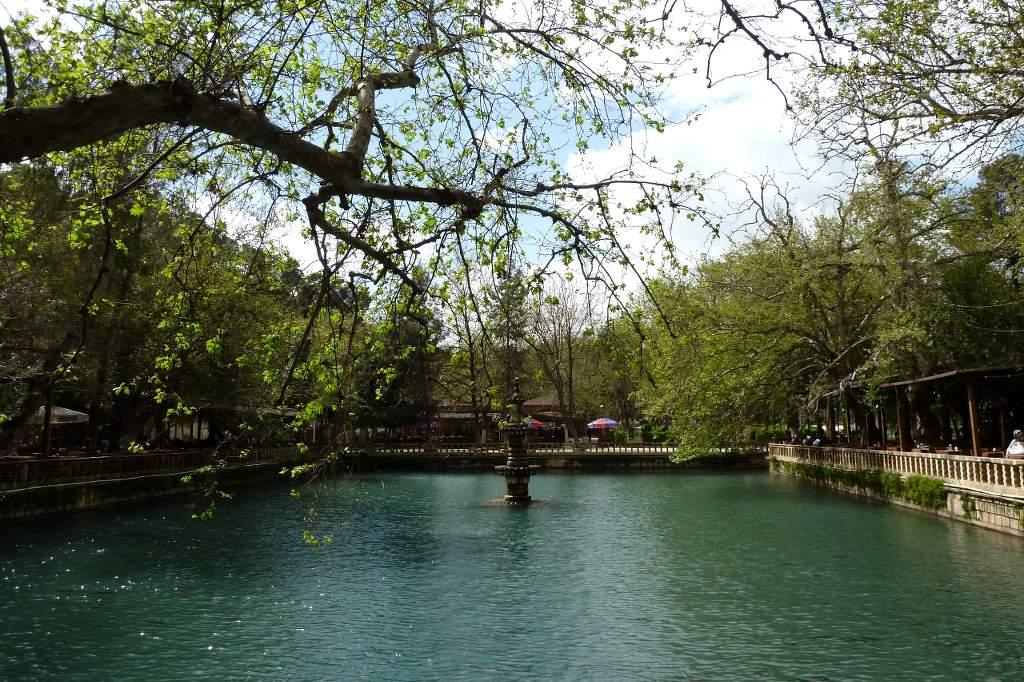 Der grüne und schattige Gölbasi-Garten befindet sich unterhalb der Festung von Urfa und neben dem Balikligöl-Komplex (heilige Fischteiche).