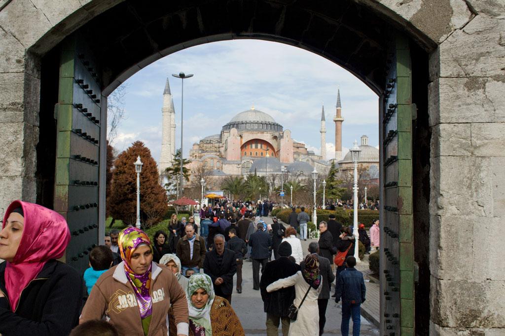 So war das mal in der Türkei: Touristen strömen von der Hagia Sophia (im Hintergrund) zur Blauen Moschee