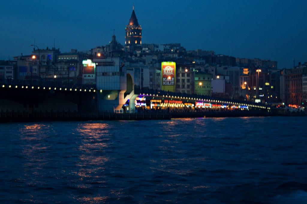 Türkei: Blick auf die Galatabrücke in Istanbul bei Nacht
