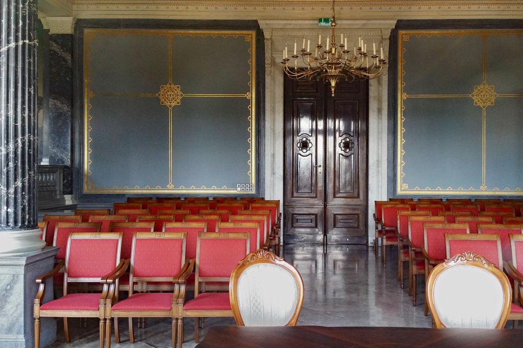 Und das sehen die Fenstergucker: Der Gartensaal im Schloss Albrechtsberg, beliebt für Trauungen und allerlei andere festliche Anlässe