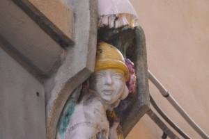 Buntbemalte Terrakotta Jugendstil Figur aus Lucca