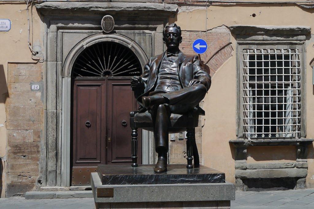 Denkmal für Giacomo Puccini vor seinem Geburtshaus in Lucca. Mit Zigarette!