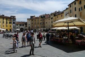 Die Piazza del Anfiteatro in Lucca.