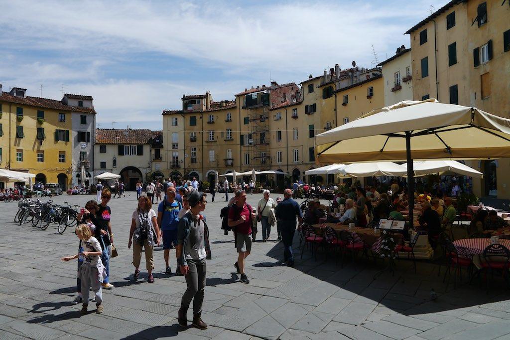 Blick auf den ovalen Platz des Amphitheaters von Lucca