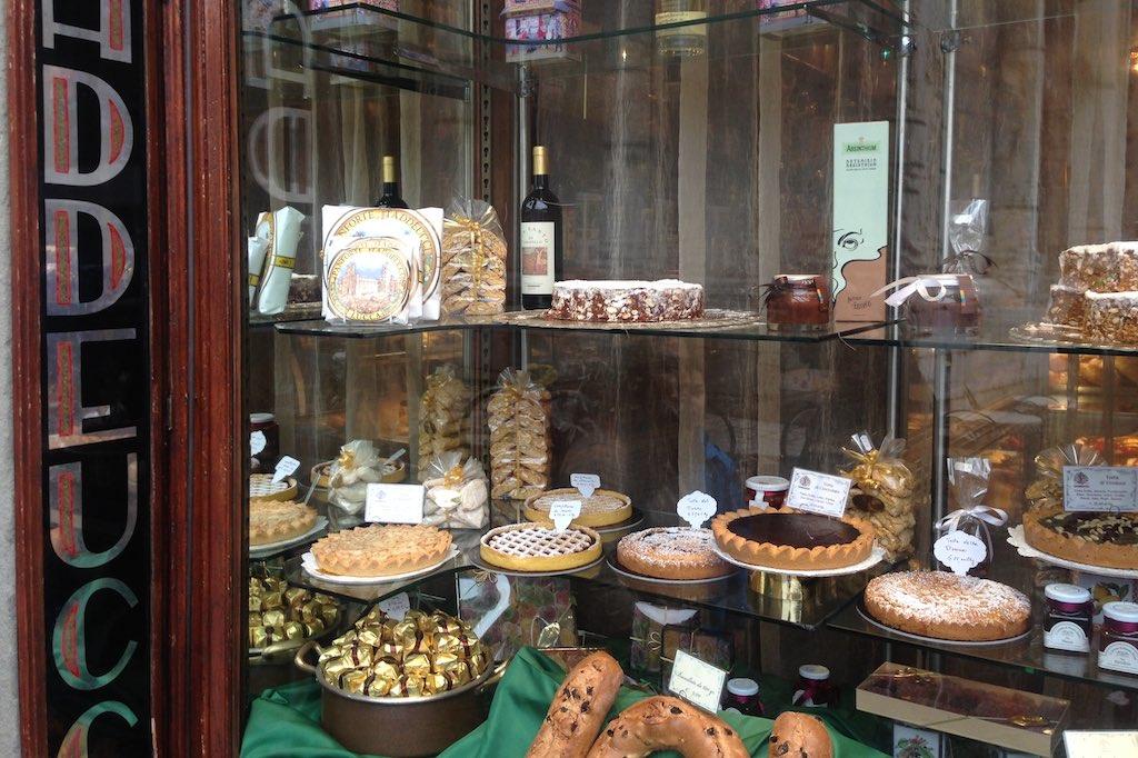 Das Schaufenster der Pasticceria Taddeucci voll mit leckeren Kuchen und Süßigkeiten. Ein echter Lucca-Tipp