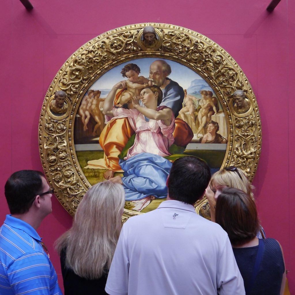 Besucher der Uffizien betrachten den Tondo Doni von Michelangelo
