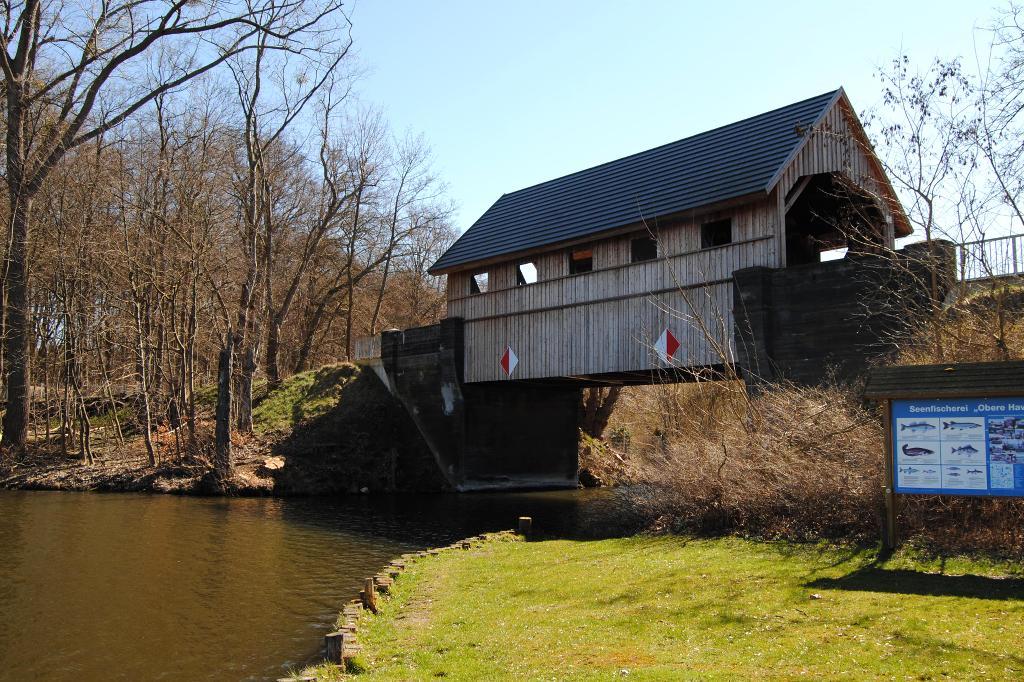 Im Sommer können Besucher hier, am Fuße der Hausbrücke, lecker Fischbrötchen der Seenfischerei Wesenberg futtern.