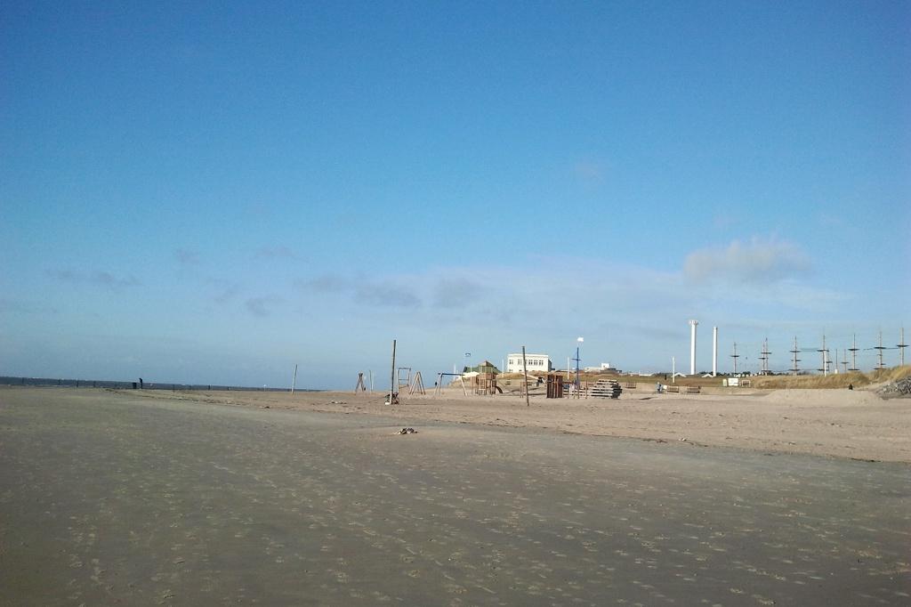 Norderney im Winter. Zu Kälte und Wind gibt es oftmals strahlend blaue Himmel. Die Strandkörbe sind weg, der Weststrand ist leer.