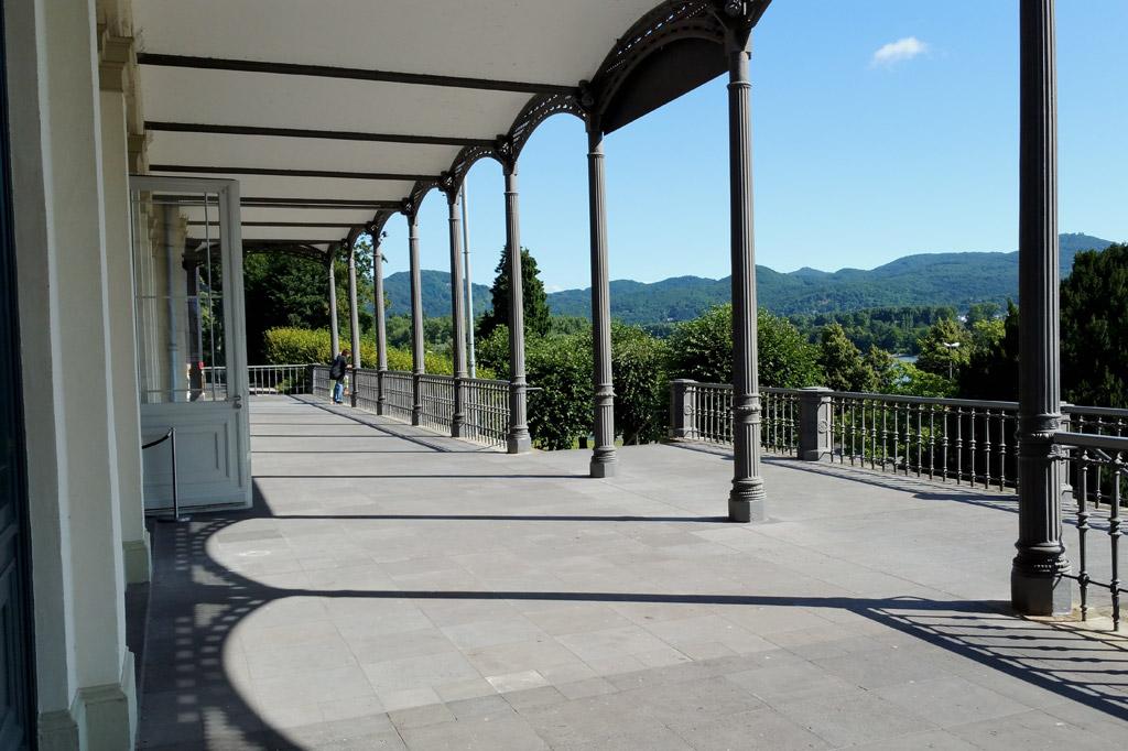 Laut Alexander von Humboldt eine der sieben schönsten Ansichten der Welt: Blick vom Arp-Museum im Bahnhof Rolandseck auf das Siebengebirge