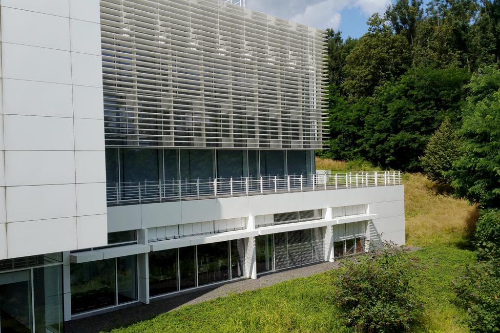 Außenterrasse im Grünen: Das Arp-Museum hat klare Konturen und ist offen für die umgebende Natur.