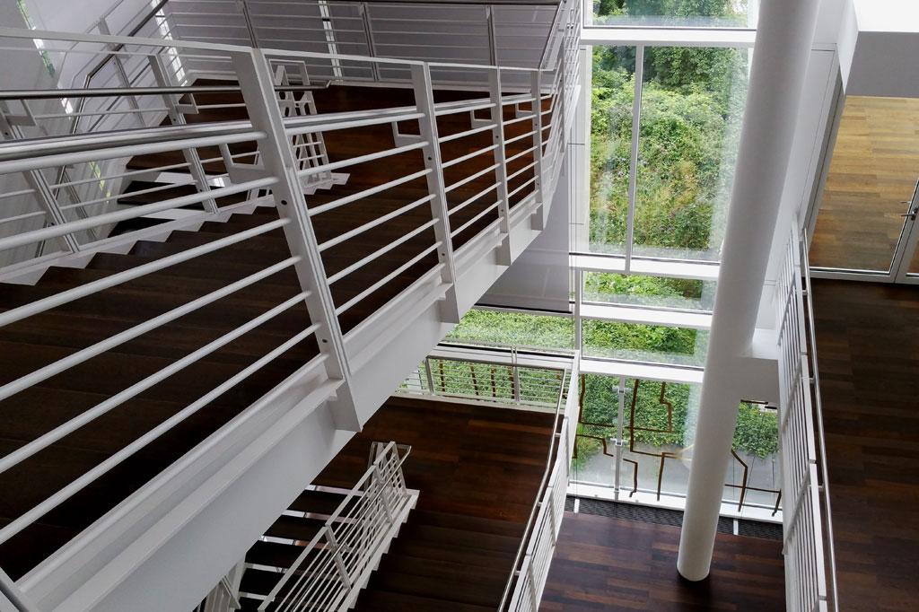Außen und innen, oben und unten: Die Treppen im Arp-Museum sind Bindeglied und Skulptur zugleich.