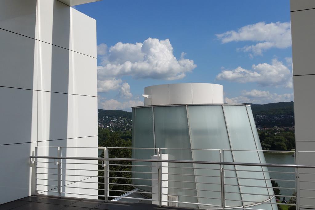 Der Blick von der obersten Terrasse des Arp-Museums weckt maritime Assoziationen.