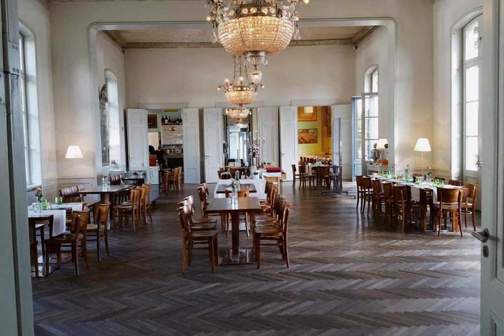 Der prachtvolle Festsaal des Arp-Museums ist heute das Prunkstück des Museums-Bistros. Rechts geht's zur grandiosen Aussichtsterrasse mit Blick ins Rheintal - wohin sonst?