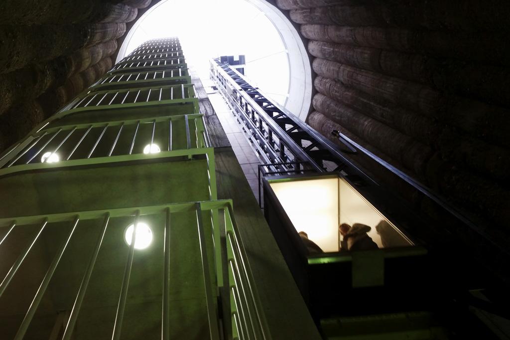 Sieht ein bisschen wie ein Weltraumbahnhof aus, ist aber ein sehr effektives Bindeglied zwischen historischem Bahnhofsgebäude und dem Neubau des Arp-Museums: der Fahrstuhl ins Licht.