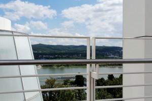 Blick von der obersten Aussichtsterrasse des Arp-Museums auf das Rheintal