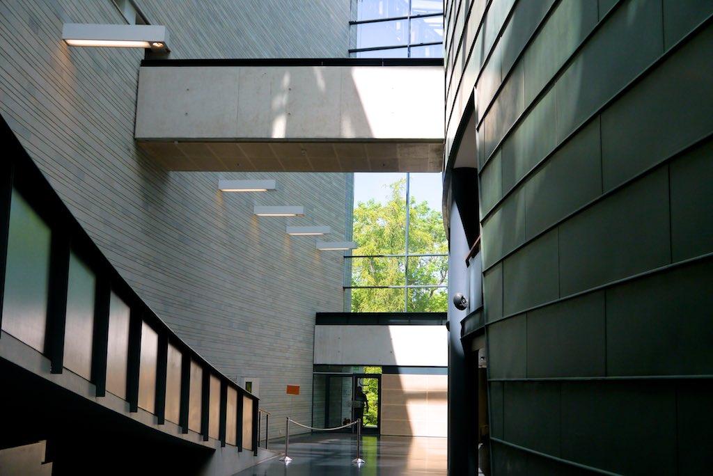 Blick in das Foyer des KUMU - Kunstmuseums in Tallinn. Viel Glas und Kupfer.