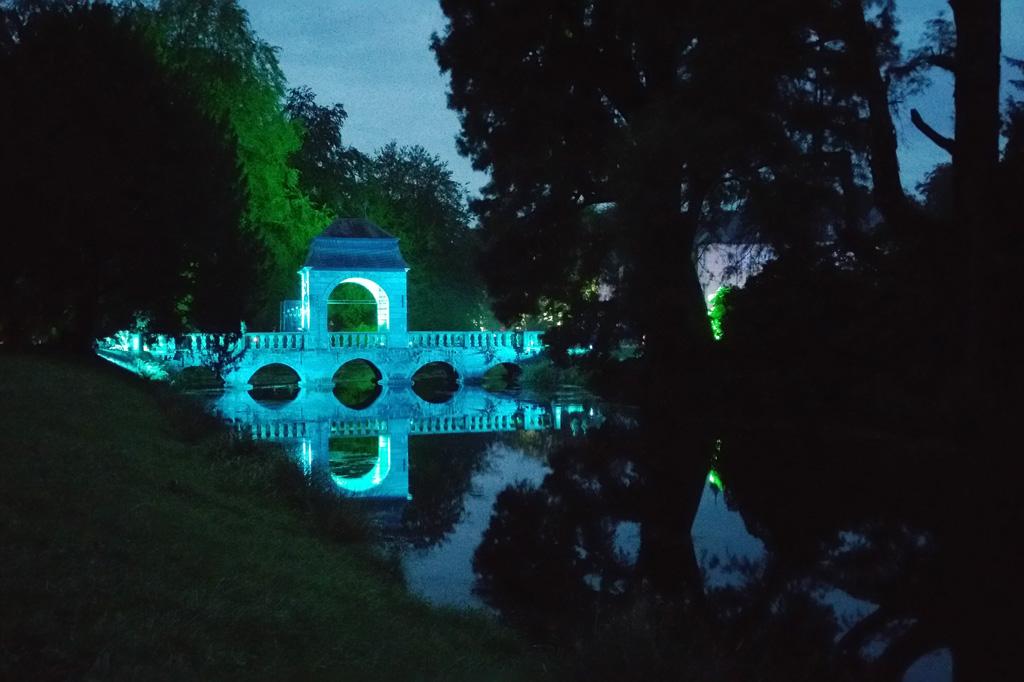 Romantischer geht's kaum: Diese Brücke über einen der vielen Wasserarme bei Schloss Dyck wechselt wie ein Chamäleon ständig ihre Farbe.