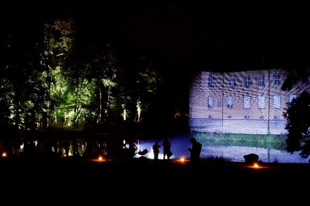 Jedes Kräuseln des Wassers wirft ein neues Muster auf die Fassade von Schloss Dyck.