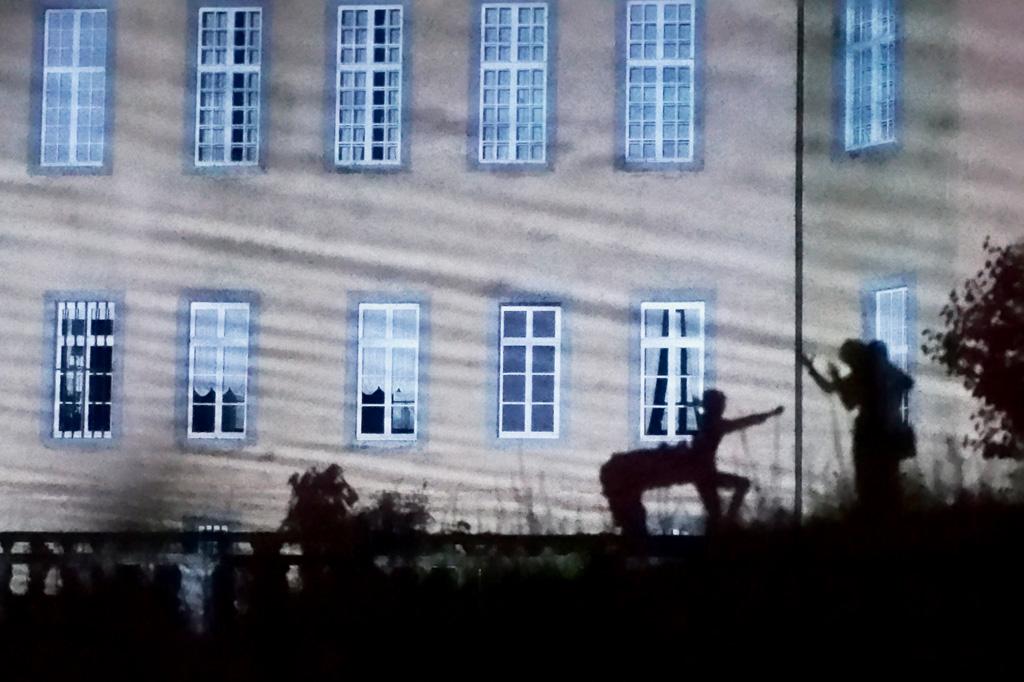 Die Fassade von Schloss Dyck als Leinwand: Wer die richtige Stelle entdeckt, kann hier ein ganzes Schattentheater aufführen.