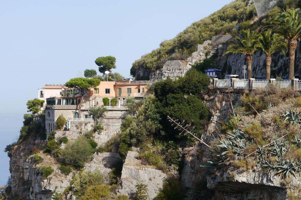 Blick auf die Steilküste der Halbinsel von Sorrent. Hier beginnt die Amalfitana