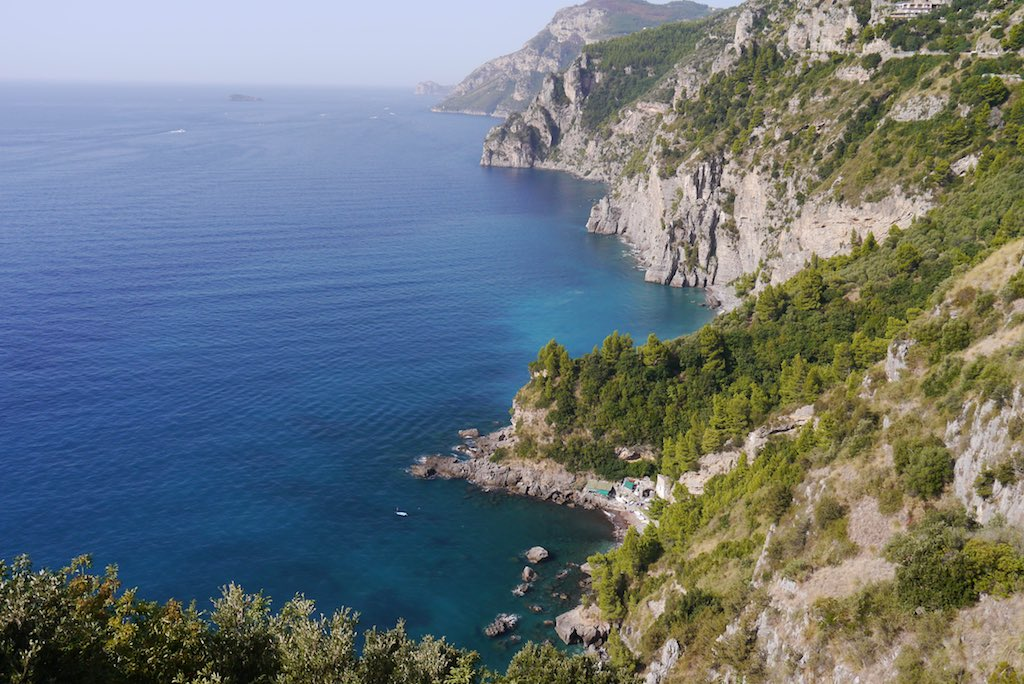 Blick auf die schroffen Felsen der Costiera Amalfitana.
