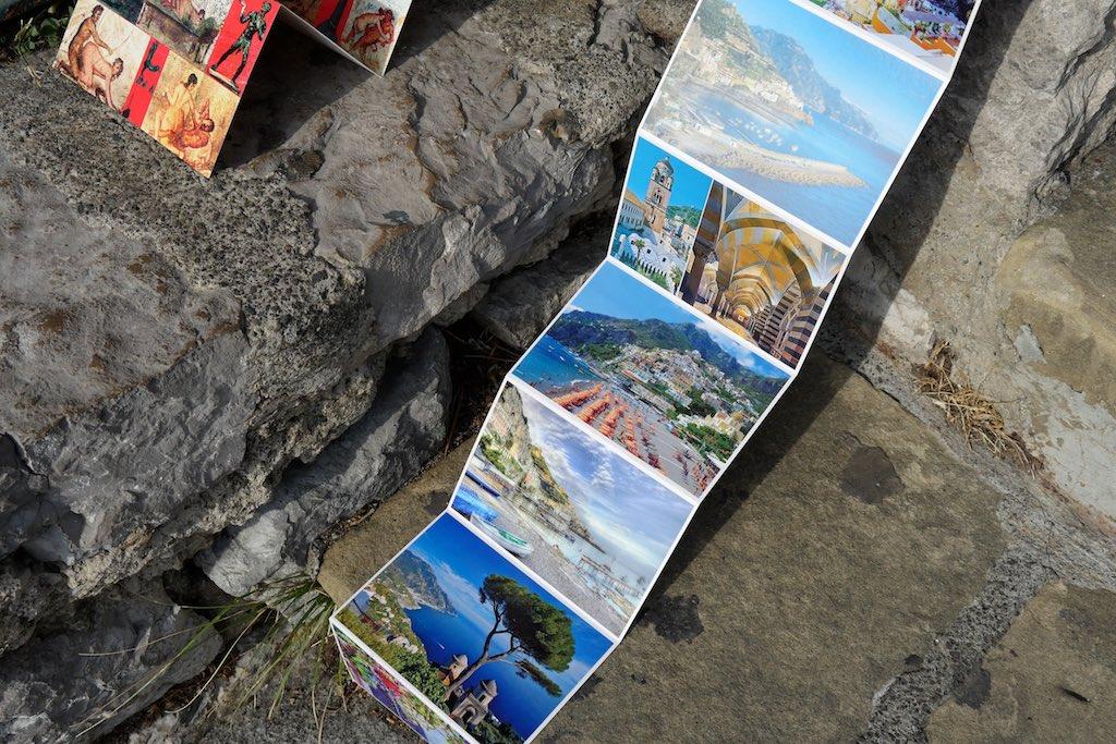 Postkarten-Liporello mit Motiven der Costiera Amalfitana. Dom von Amlfi. Der Strand von Positano. Der Garten der Villa Rufolo in Ravello