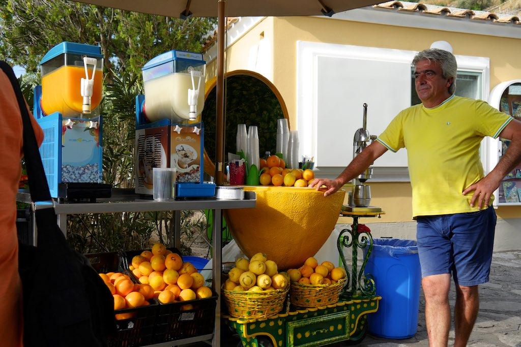 Verkaufsstand für frischen Zitronen- und Orangensaft oberhalb von Positano an der Amalfitana