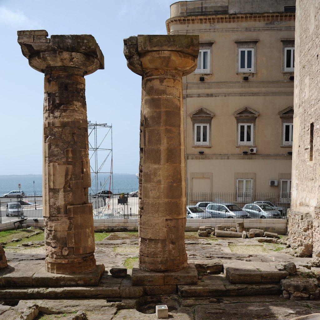 Zwei dorische Säulen eines archaischen Tempels in Tarent.