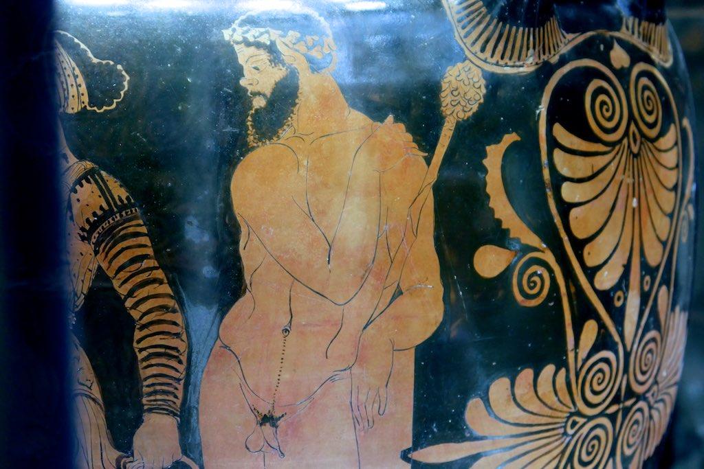 Rotfigurige Vase aus dem MARTA in Tarent. Ein Muskulöser Faun legt sich die Hände anmutig auf die Schulter