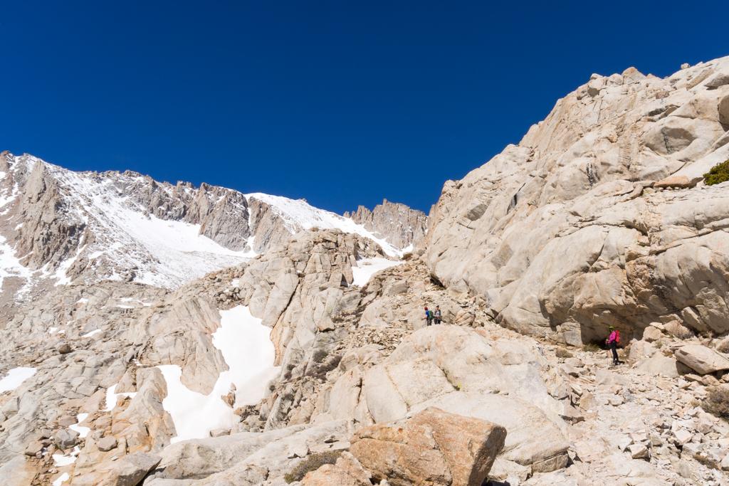 Wenn die Erhabenheit der Natur auf den Ehrgeiz und die Demut von uns Menschen treffen. Mount Whitney, 4,421m (c) Robert M. Plogman 2015