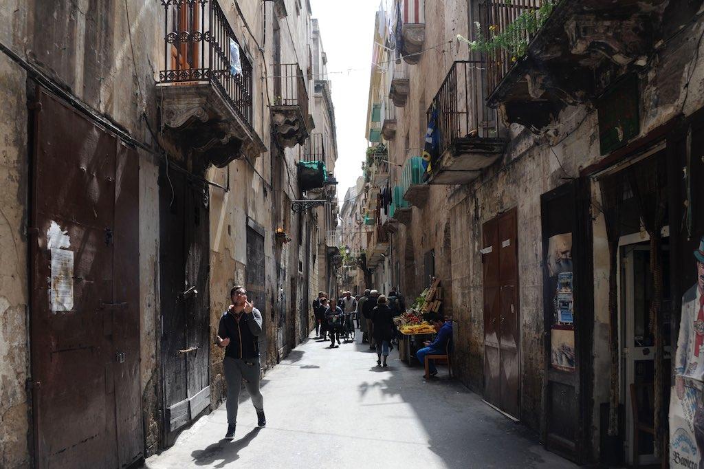 Eine Altstadt Gasse in Tarent. Baufällige Häuser säumen die Straße.