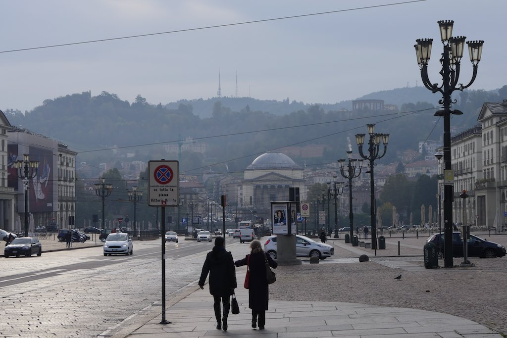 Die Piazza Vittorio Emanuele in Turin. Im Hintergrund die grünen Hügel auf der anderen Seite des Po-