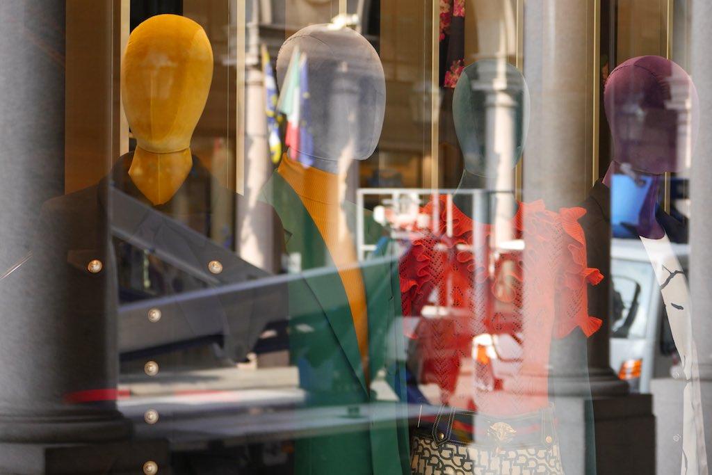 Reflektionen eines Schaufensters in der Via Roma Turin. Die Köpfe von Schaufensterpuppen sind sichtbar